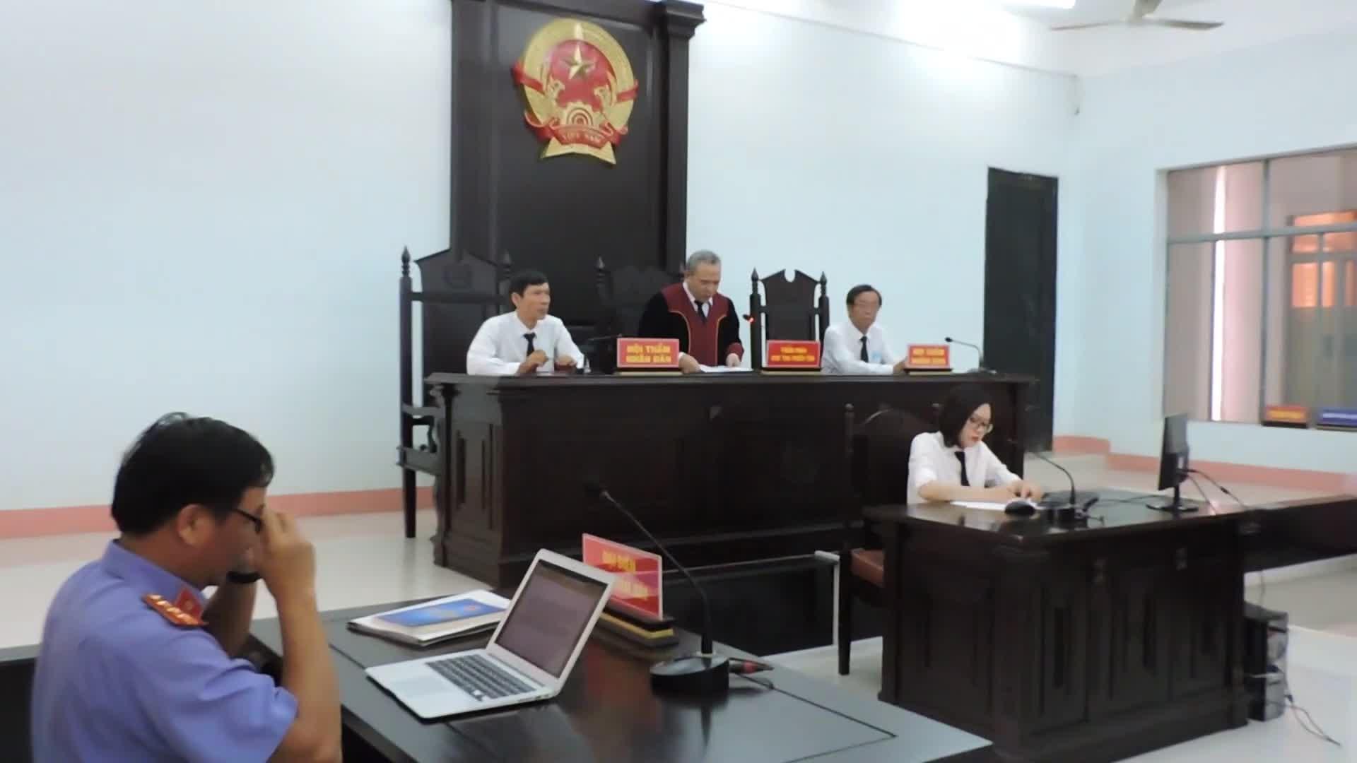 Dân kiện Chủ tịch tỉnh, Chủ tịch tỉnh không dự tòa 'vì lý do công tác' -  Tuổi Trẻ Online