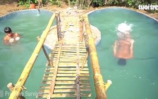 Hai anh em xây bể bơi tại nhà bằng tay không gây sốt cộng đồng mạng