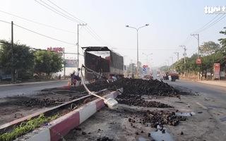 Video: Xe tải đâm trụ điện, hàng chục tấn than đổ xuống đường